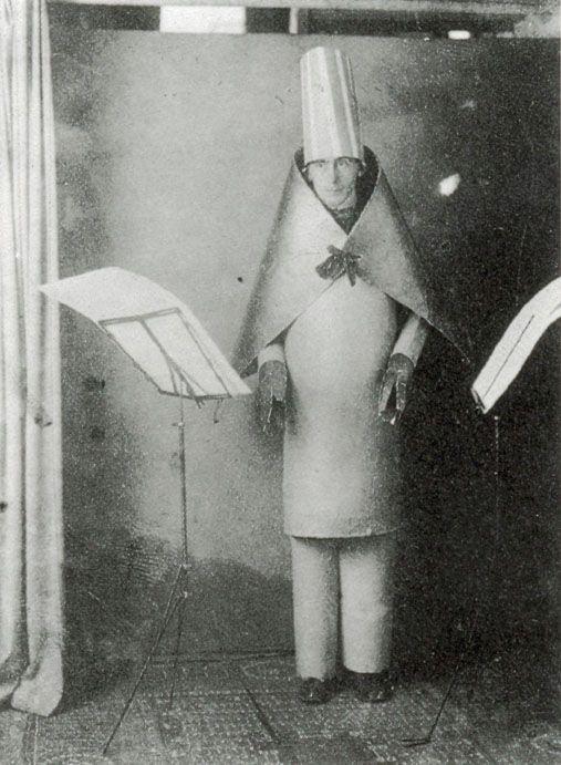 Studio-Fotoaufnahme für Einladungspostkarte zu Hugo Balls Auftritt im Cabaret Voltaire 1916