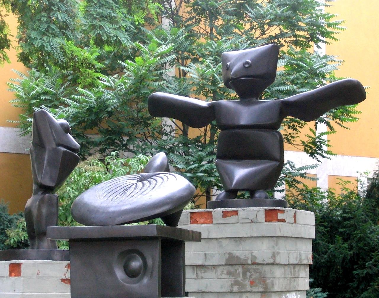 Max Ernst. Der Assistent, der Frosch und die Schildkröte. 1967. Bronzeskulptur. befindet sich vor Lenbachhaus in München